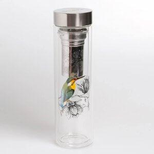 Der Teebereiter besteht aus einer doppelwandigen Glasflasche mit Drehverschluss.
