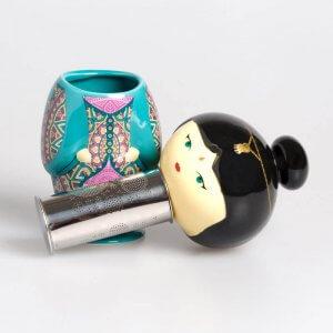 Die handbemalte Keramikfigur ist mit einem Teesieb ausgestattet und ideal um losen Tee zu kochen.