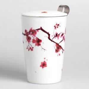 Die Porzellantasse mit dem Motiv Cherry Blossom wird mit einem Teesieb und einem passenden Deckel geliefert.