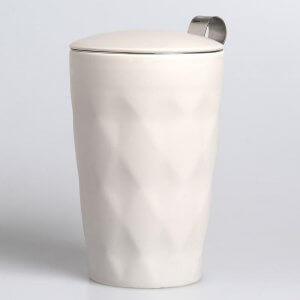 """Die Porzellantasse """"Crystal lux line"""" wird mit einem Teesieb und einem passenden Deckel geliefert."""
