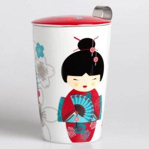 """Die Tasse """"Little Geisha"""" wird mit einem Teesieb und einem passenden Deckel geliefert."""