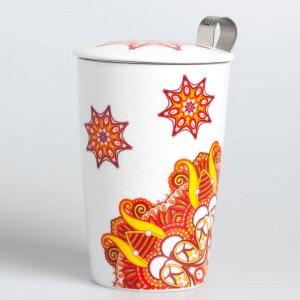 """Die Porzellantasse """"Magic Orange"""" wird mit einem Teesieb und einem passenden Deckel geliefert."""