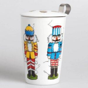 """Die Porzellantasse """"Nussknacker"""" wird mit einem Teesieb und einem passenden Deckel geliefert."""