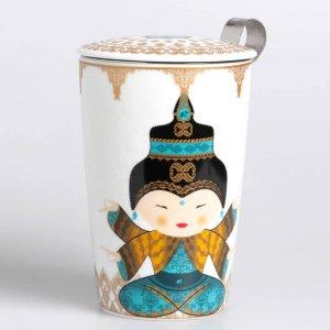 """Die Porzellantasse """"Little Shiva Ocean"""" wird mit einem Teesieb und einem passenden Deckel geliefert."""
