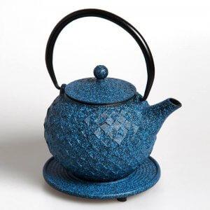 """Die kostbare Teekanne """"Dayia"""" aus Gusseisen in der Farbe blau fasst 0,8 Liter."""