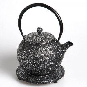 """Die kostbare Teekanne """"Dayia"""" aus Gusseisen in der Farbe silber-schwarz fasst 0,8 Liter."""