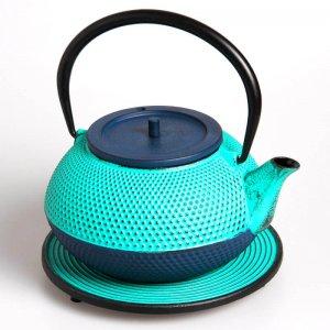 Die kostbare Teekanne aus Gusseisen in der Farbe lucite grün-blau fasst 1,2 Liter.