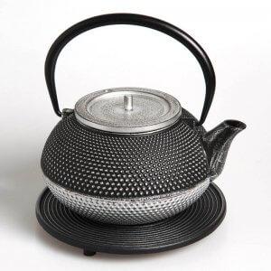 Die kostbare Teekanne aus Gusseisen in der Farbe silber-schwarz fasst 1,2 Liter.