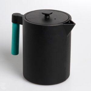 Die kostbare Teekanne aus Gusseisen in der Farbe schwarz fasst 1,2 Liter