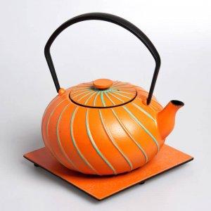 Die kostbare Teekanne aus Gusseisen in der Farbe orange fasst 1,0 Liter.