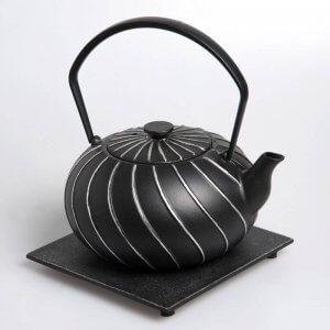 Die kostbare Teekanne aus Gusseisen in der Farbe silber-schwarz fasst 1,0 Liter.