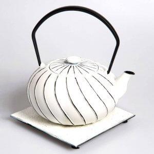 """Die kostbare Teekanne """"Nami"""" aus Gusseisen in der Farbe weiß-schwarz fasst 1 Liter."""