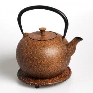 """Die kostbare Teekanne """"Tama"""" aus Gusseisen in der Farbe orange fasst 1,0 Liter."""