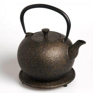"""Die kostbare Teekanne """"Tama"""" aus Gusseisen in der Farbe gold fasst 1,0 Liter."""