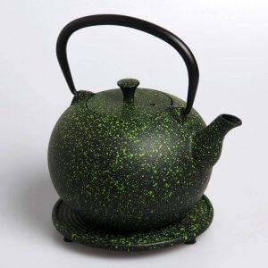 """Die kostbare Teekanne """"Tama"""" aus Gusseisen in der Farbe hellgrün fasst 1,0 Liter."""
